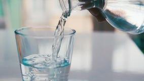 Strömendes Glas Wasser stock video