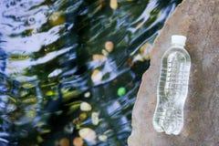 Str?mendes klares Wasser auf Naturhintergrund-Kopienraum stockfotografie