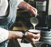 Strömendes Konzept Kaffee Latte Barista Apron Cafe Shop lizenzfreie stockfotos