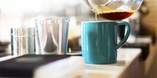 Strömendes Latte-Konzept Schutzblech Barista Coffee Cafe Cup lizenzfreie stockfotos