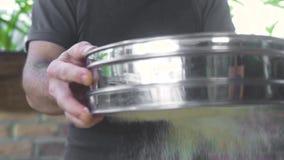Strömendes Mehlpulver des Chefkochs durch Sieb für backende Zeitlupe Bäcker, der herein Mehl auf Tabelle durch Sieb siebt stock video footage