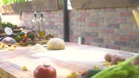 Strömendes Mehlpulver des Chefkochs durch Sieb für knetenden Teig Mann, der Mehl auf Tabelle bei Teig an machen siebt stock video footage