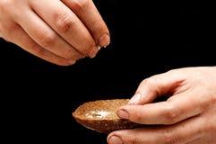 Strömendes Salz des armen Mannes mit den schmutzigen Händen Stockfoto