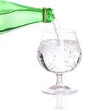 Strömendes Sodawasser von der Glasflasche Lizenzfreies Stockbild