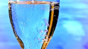 Strömendes Trinkwasser in das Glas Lizenzfreie Stockbilder