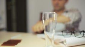 Strömendes und trinkendes Bier des Geschäftsmannes im Büro nach harter Arbeit B stock video footage
