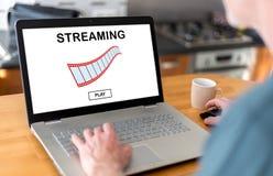 Strömendes Videokonzept auf einem Laptop Stockbild