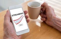 Strömendes Videokonzept auf einem Smartphone Stockbilder