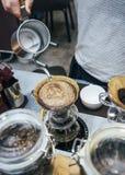 Strömendes Wasser Barista auf Tropfenfängerkaffee lizenzfreie stockfotografie