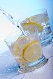 Strömendes Wasser in Cocktails Lizenzfreies Stockfoto