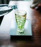Strömendes Wasser in den glas auf elektronischer Skala Stockbild