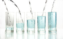 Strömendes Wasser in der Reihe Glas Stockfoto