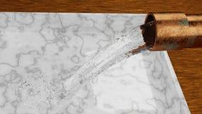 Strömendes Wasser des alten Rohres in den Marmorbehälter, der auf Bretterboden sitzt stock abbildung