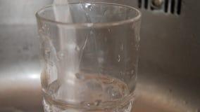 Strömendes Wasser in ein Glas stock video