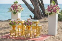 Strömendes Wasser gegründet für thailändische Zeremonie Stockfotografie