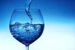 Strömendes Wasser in Glas Stockfoto