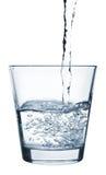Strömendes Wasser in Glas Stockfotografie