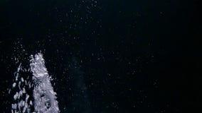 Strömendes Wasser und die Herstellung spritzt auf schwarzem Hintergrund stock video