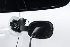 Strömförsörjning för elbiluppladdning Elbil som laddar st royaltyfri fotografi