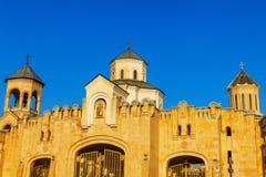 Strömförsörjningsportingång till domkyrkan för helig Treenighet för Tbilisi Sameba domkyrka den största ortodoxa i Georgia och Ka Arkivbild
