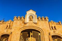 Strömförsörjningsportingång till domkyrkan för helig Treenighet för Tbilisi Sameba domkyrka den största ortodoxa i Georgia och Ka Royaltyfria Bilder