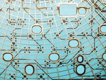 Strömkretsbrädet som göras av plast- med strömkretsen, spårar på blå bakgrund Begreppet av teknologi som beräknar, elektronik arkivbilder