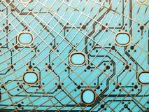 Strömkretsbrädet som göras av plast- med strömkretsen, spårar på blå bakgrund Begreppet av teknologi som beräknar, elektronik royaltyfria foton