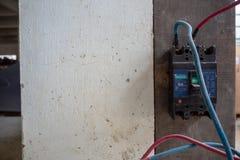 Strömkretssäkerhetsbrytaren att installera på väggen med kablar förbinder för att bearbeta med maskin arkivbild