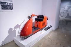 Strömlinjeformad sparkcykel 1947 för apelsinSalsbury modell 85 Royaltyfria Foton