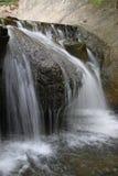 Strömma i berg i ett geologiskt parkerar Arkivfoto