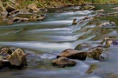Strömmar av bergfloderna Arkivbild
