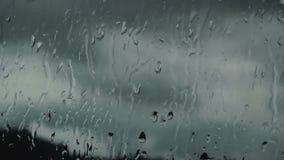 Strömmar av regn på exponeringsglaset