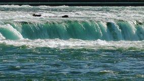 Strömmar av vatten av det väldiga Niagaraet Falls stock video