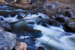 Strömmen sörjer in dalen Arkivbilder