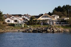 Strømkabel. Many houses by the sea on a nice day Royalty Free Stock Photos