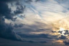 Str?lar av solen till och med molnen royaltyfri foto