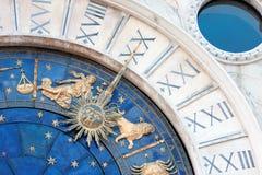 Str. markiert astronomische Borduhr stockfoto