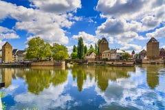 Straßburg, mittelalterliche Brücke Ponts Couverts und Kathedrale elsass stockbild
