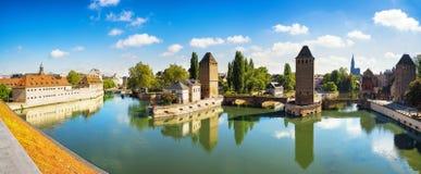 Straßburg-Panorama, mittelalterliche Brücke Ponts Couverts und Cathedra stockfotos
