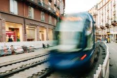 Straßburgs Straßenbahn, die in unscharfe Bewegung während des reconstruc überschreitet Stockbild