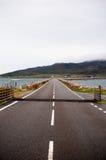 Straße über einer Damm in Schottland lizenzfreie stockfotos