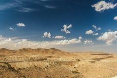 Straße überschreitet durch felsige Sahara-Wüste, Tunesien Lizenzfreies Stockbild