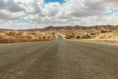 Straße überschreitet durch felsige Sahara-Wüste, Tunesien Stockfotos