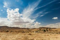 Straße überschreitet durch felsige Sahara-Wüste, Tunesien Stockbild