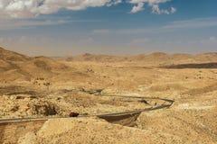 Straße überschreitet durch felsige Sahara-Wüste, Tunesien Stockfoto