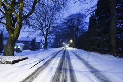 Straße abgedeckt im Schnee Stockfotografie