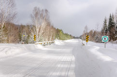 Straße abgedeckt im Schnee Stockbilder