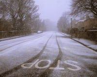 Straße abgedeckt im Schnee. Lizenzfreie Stockbilder