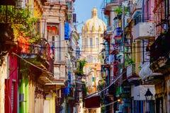 Straße in altem Havana mit dem Präsidentenpalast auf dem Hintergrund stockfotografie