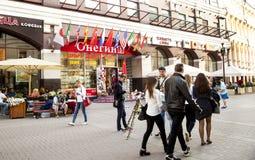 Straße altes Mädchenjungenfrauen-Mannkind geselliger Menschen Arbat Moskau Stockfotos